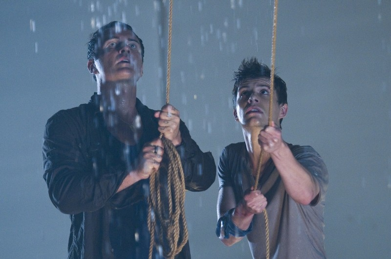 Bait: Julian McMahon e Xavier Samuel in una scena del film