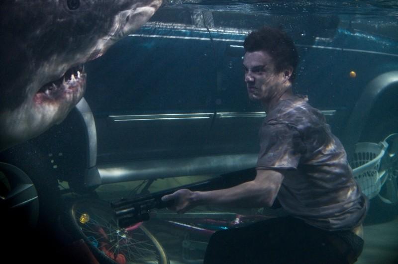 Bait: Xavier Samuel alle prese con uno degli squali assassini del film in una scena subacquea