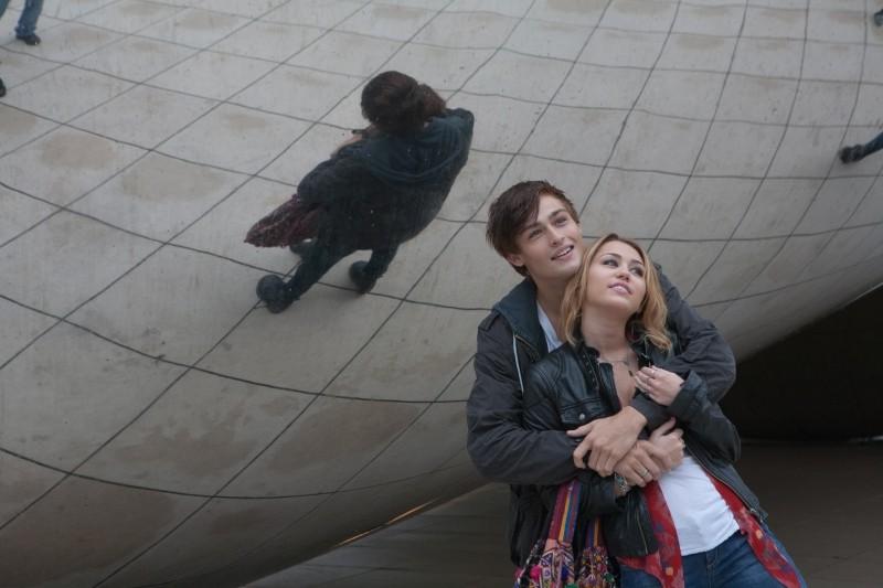 LOL - Pazza del mio migliore amico: i protagonisti Miley Cyrus e Douglas Booth si abbracciano in una scena
