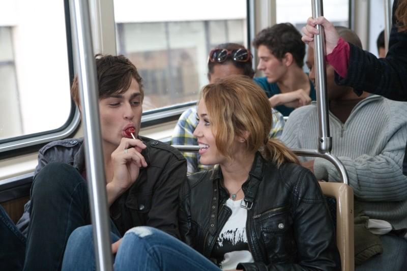 LOL - Pazza del mio migliore amico: Miley Cyrus con Douglas Booth in una buffa scena del film
