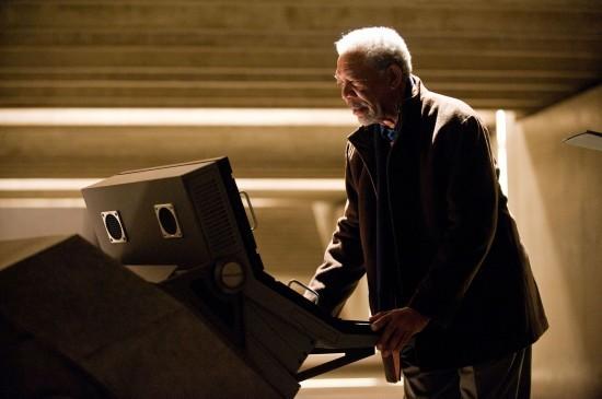 Morgan Freeman monitorizza la situazione di Gotham City in una scena di The Dark Knight Rises