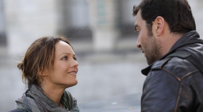 Vanessa Paradis e Denis Ménochet in una scena di Je me suis fait tout petit