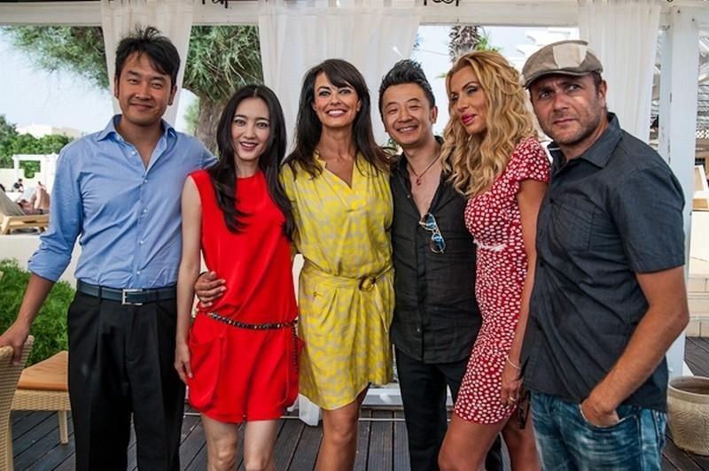 C'è sempre un perché: il cast del film insieme al regista in una foto promozionale