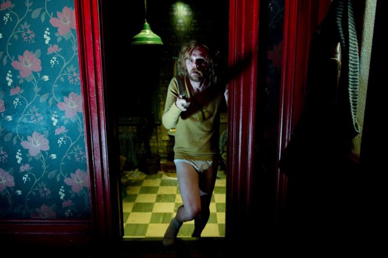 Simon Pegg armato e in mutande in una scena di A Fantastic Fear of Everything