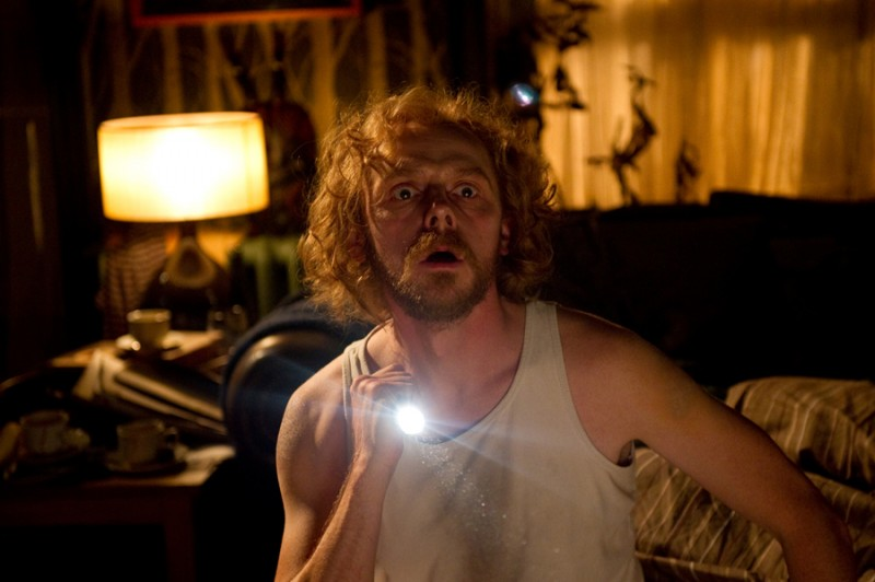 Un primo piano del terrorizzato Simon Pegg in A Fantastic Fear of Everything