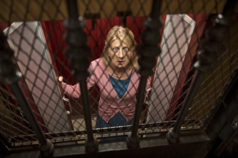 Eva dopo Eva: Angela Finocchiaro chiusa in ascensore in una scena del film