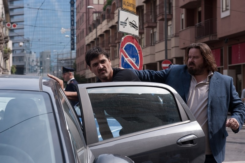 La variabile umana: Giuseppe Battiston in una scena d'azione del film