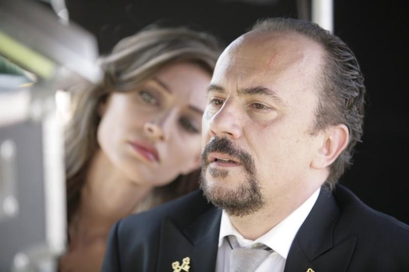 Una donna per la vita: Maurizio Casagrande e Margareth Madè (fuori fuoco) in una scena