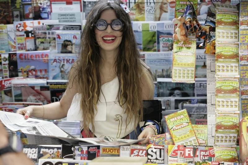 Una donna per la vita: Sabrina Impacciatore in una divertente immagine dal set