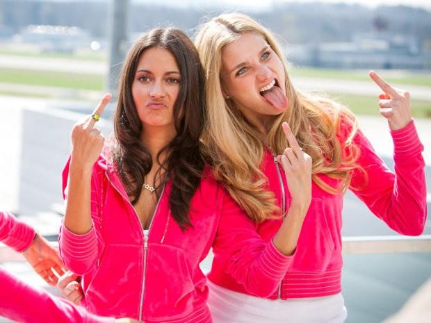 Due protagoniste di Das Miss Schweiz Massaker in un gesto eloquente