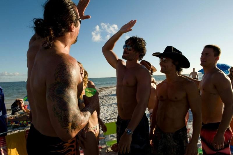 Magin Mike: Alex Pettyfer, Channing Tatum e Matthew McConaughey in spiaggia in una scena del film