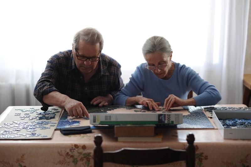 Quelques heures de printemps: Hélène Vincent e Olivier Perrier alle prese con un puzzle in una scena del film