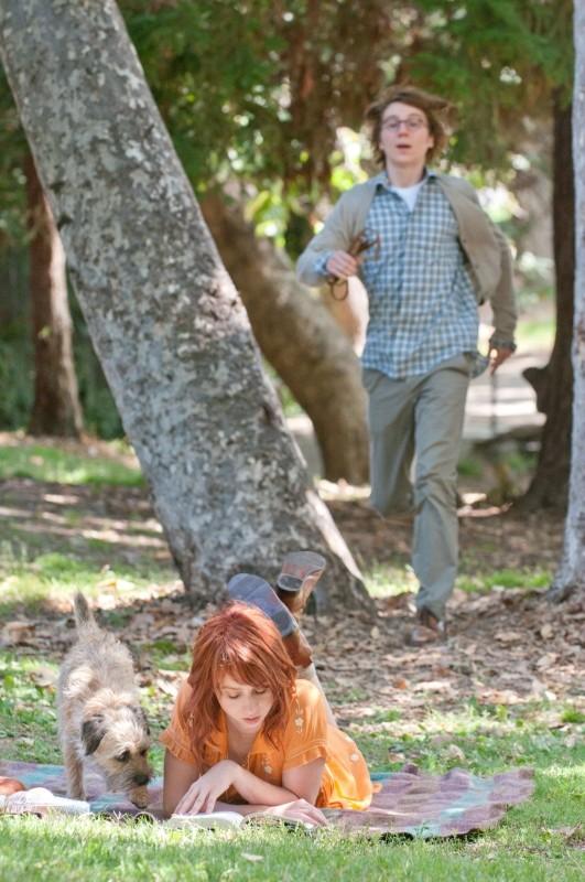 Ruby Sparks: Paul Dano corre verso Zoe Kazan in una scena del film