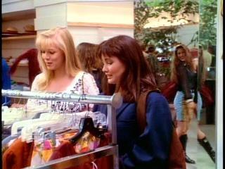 Shannen Doherty e Jennie Garth nell'episodio Una ragazza troppo sola della serie  Beverly Hills, 90210