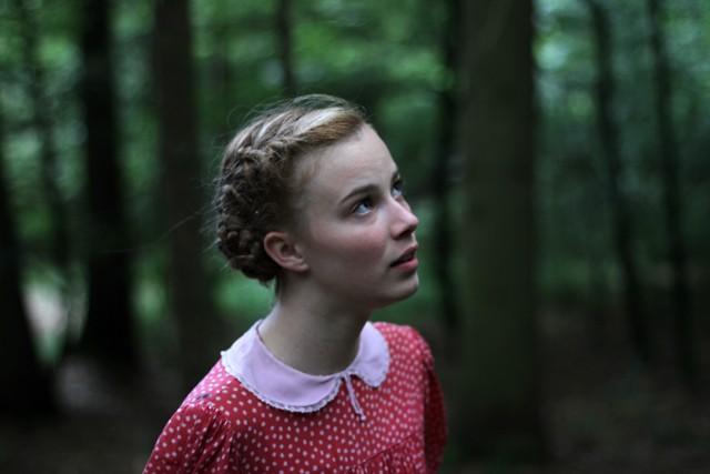 Una bella immagine di Saskia Rosendahl in una scena di Lore