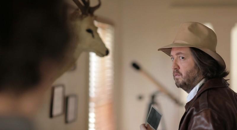 Wrong: Steve Little nei panni del detective Ronnie in una scena del film diretto da Quentin Dupieux