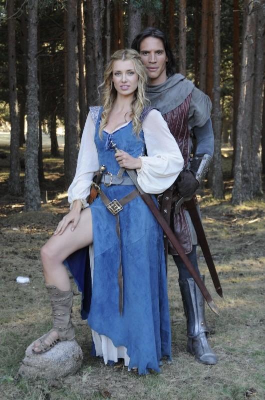 Il cavaliere del Santo Graal: Sergio Peris-Mencheta con la sensuale Natasha Yarovenko in una foto promozionale