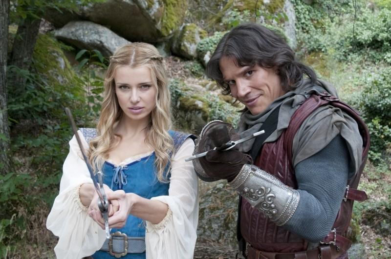 Il cavaliere del Santo Graal: Sergio Peris-Mencheta e Natasha Yarovenko in una foto promozionale