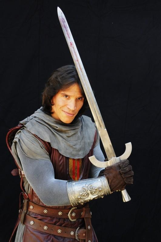 Il cavaliere del Santo Graal: Sergio Peris-Mencheta in una foto promozionale con la sua spada