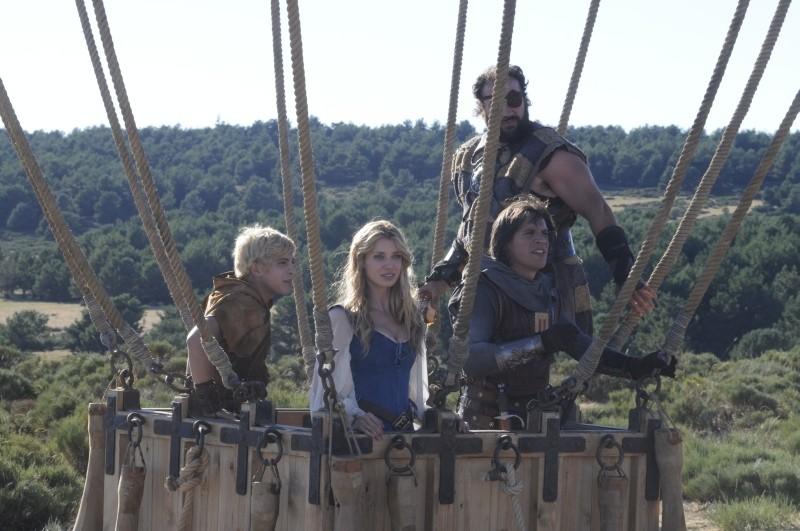 Il cavaliere del Santo Graal: Sergio Peris-Mencheta, Natasha Yarovenko, Manuel Martínez e Adrián Lamana in mongolfiera in una scena del film