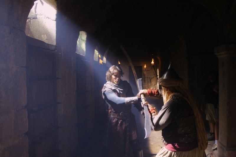 Sergio Peris-Mencheta è Capitan Trueno in una scena di combattimento de Il cavaliere del Santo Graal