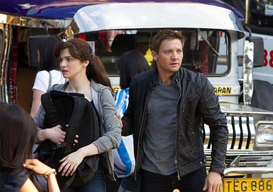 The Bourne Legacy: Jeremy Renner e Rachel Weisz in una scena del film