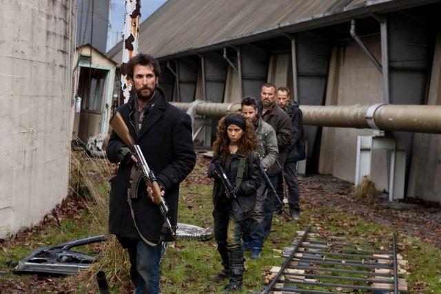 Falling Skies: in testa al gruppo, Noah Wyle in una scena dell'episodio Amore ed altri gesti di coraggio