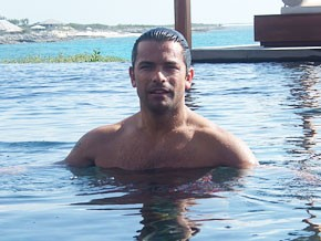 Mark Consuelos in acqua
