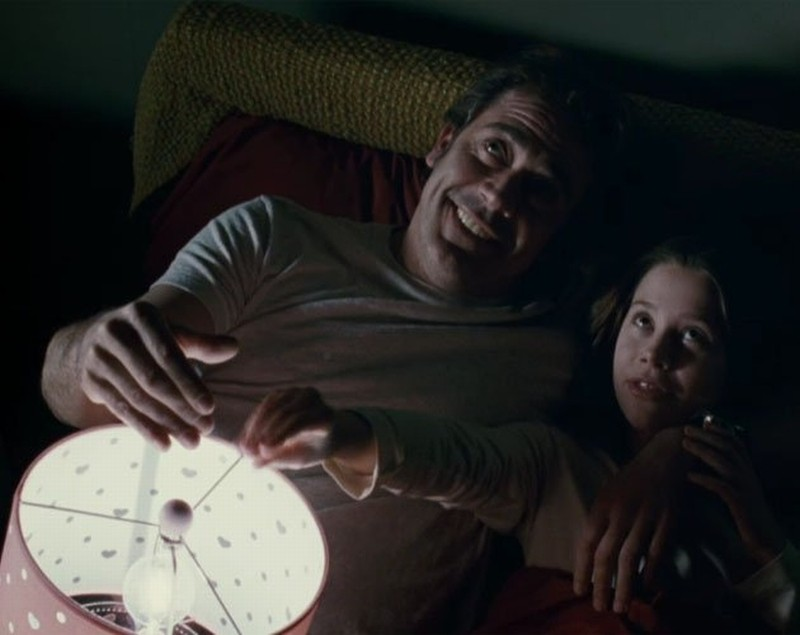 The Possession: Natasha Calis con Jeffrey Dean Morgan in una scena del film
