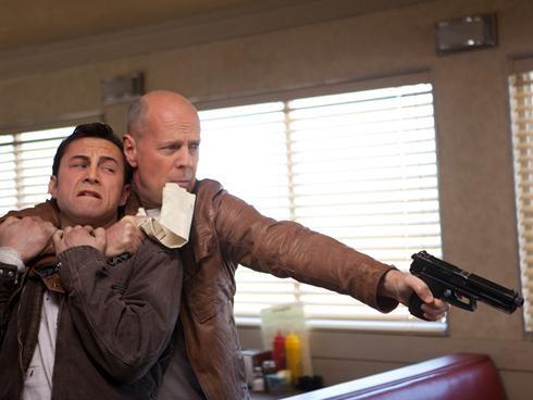 Bruce Willis prende in ostaggio Joseph Gordon-Levitt in una scena di Looper