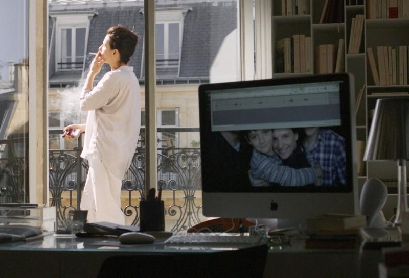 Elles: Juliette Binoche in una scena del film si gode la sua casa
