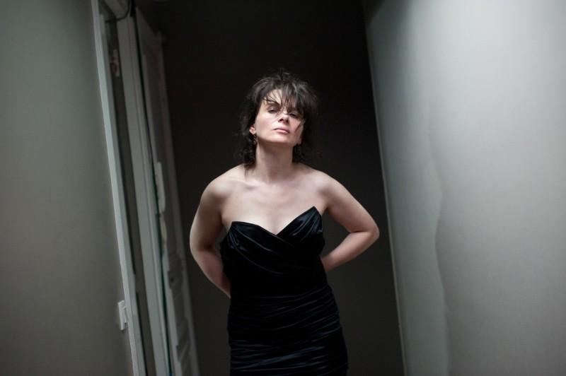 Elles: Juliette Binoche tenta di liberarsi dal suo scomodo vestito da sera in una scena del film