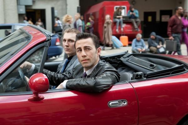 Joseph Gordon-Levitt e Paul Dano in macchina in una scena di Looper
