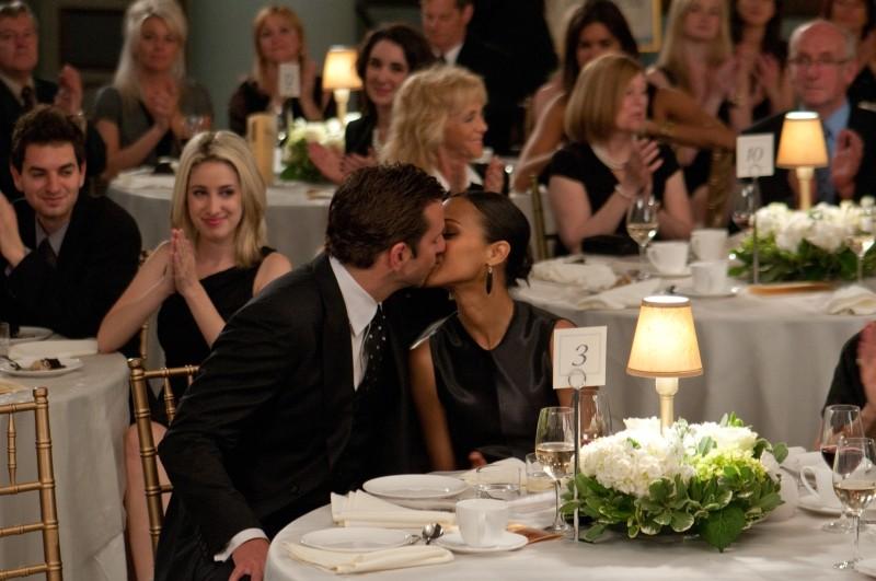 The Words: Bradley Cooper bacia Zoe Saldana durante una serata di gala in suo onore