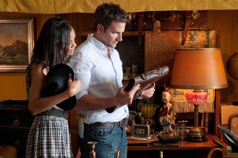 The Words: Bradley Cooper e Zoe Saldana curiosano tra reperti d'antiquariato in una scena
