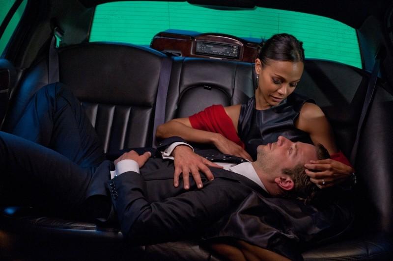 The Words: Bradley Cooper e Zoe Saldana in una scena del film parlano sul sedile posteriore di un'auto