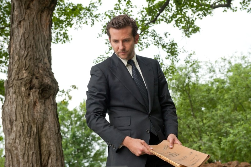 The Words: Bradley Cooper in un momento del film con in mano il manoscritto incriminato