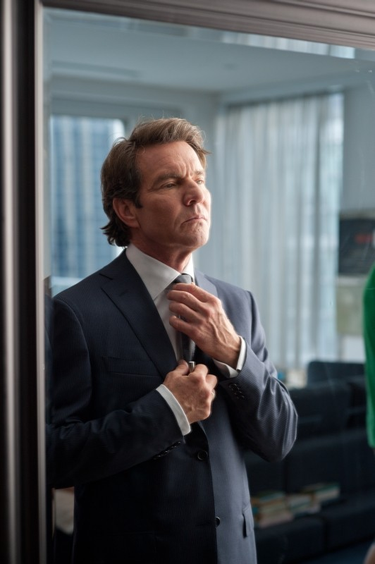The Words: Dennis Quaid si sistema la cravatta in una scena