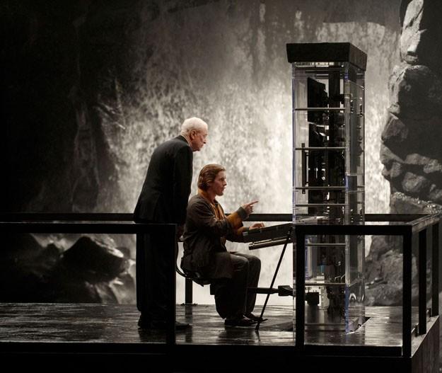 Christian Bale mostra a Michael Caine uno degli strumenti di Batman in una scena di Il cavaliere oscuro - Il ritorno