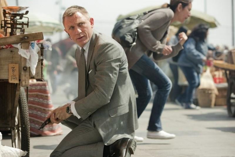 Daniel Craig carica la pistola mentre gira una scena di 007 - Skyfall