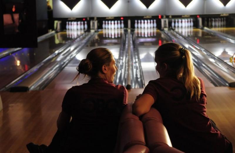 Laurence Arné e Mathilde Seigner in una scena di Bowling
