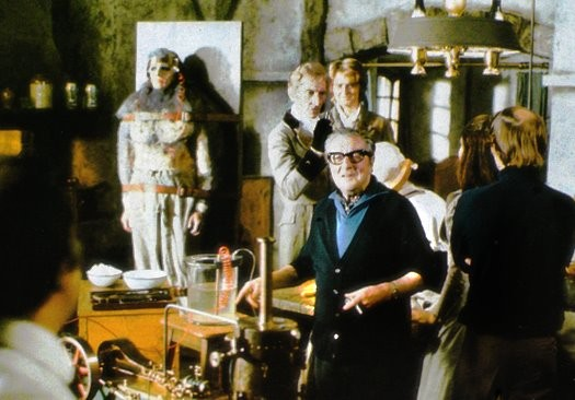 Terence Fisher con Peter Cushing in una foto dal set di Frankenstein e il mostro dell'inferno