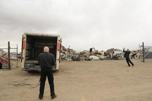 Breaking Bad: Aaron Paul e Bryan Cranston in una scena dell'episodio Live Free or Die