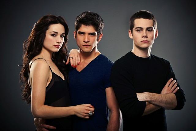 Teen Wolf:  Crystal Reed, Dylan O'Brien, Tyler Posey in una foto promozionale della stagione 2