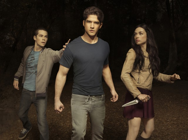 Teen Wolf: Dylan O'Brien, Tyler Posey e Crystal Reed in una immagine promozionale della stagione 2
