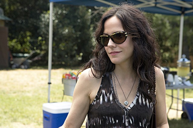 Weeds: Mary-Louise Parker in un momento dell'episodio Red in Tooth and Claw