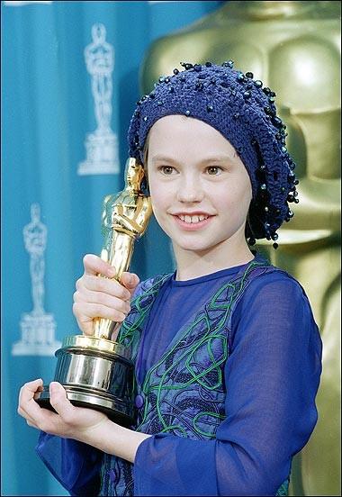 Anna Paquin con l'Oscar ricevuto per Lezioni di Piano (1994)