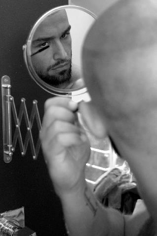 Francois Sagat allo specchio