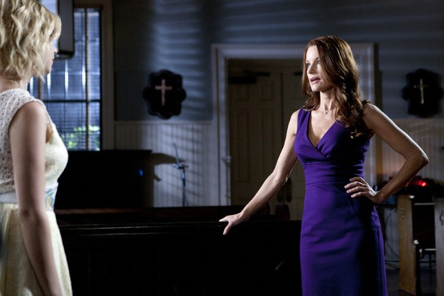 Pretty Little Liars: Ashley Benson e Laura Leighton nell'episodio Remains of the A