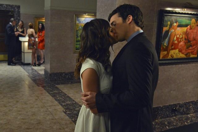 Pretty Little Liars: Lucy Hale ed Ian Harding nell'episodio Stolen Kisses